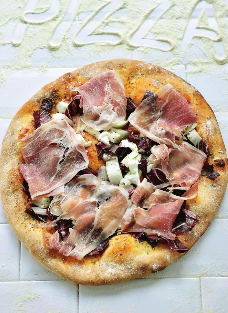 Pizza met san-danieleham en radicchio