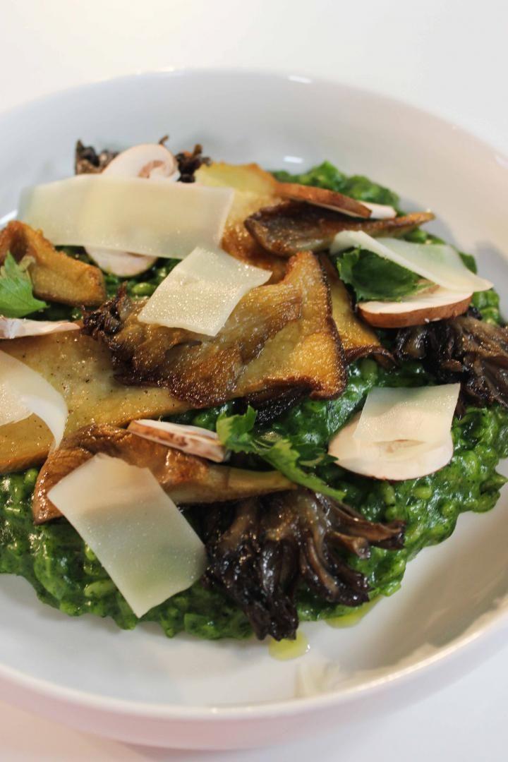 Tarwe met groene kruiden en boschampignons