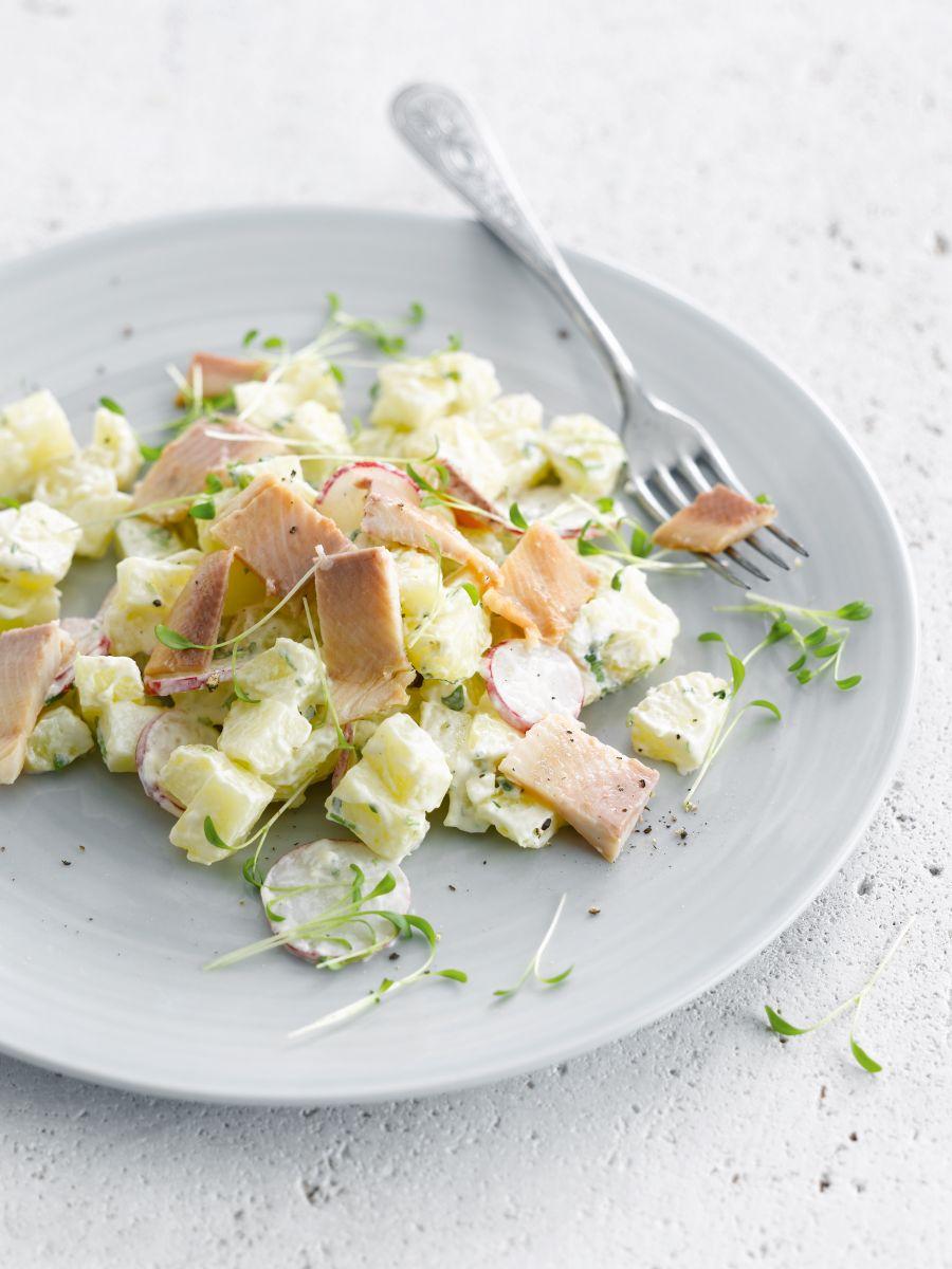 Aardappelsalade met koriander, yoghurt en gerookte forel