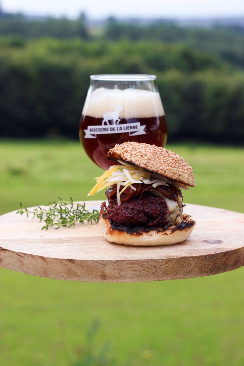 Hamburger met blauwe kaas en bruin bier