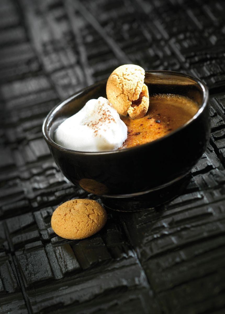 Crème brûlée met koffie en amarettikoekjes