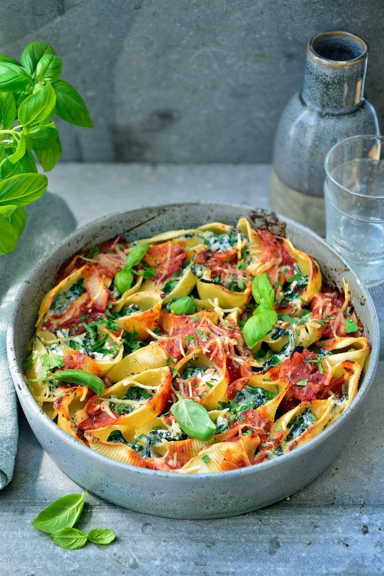 Grote pastaschelpen met spinazie, ricotta en tomatensaus