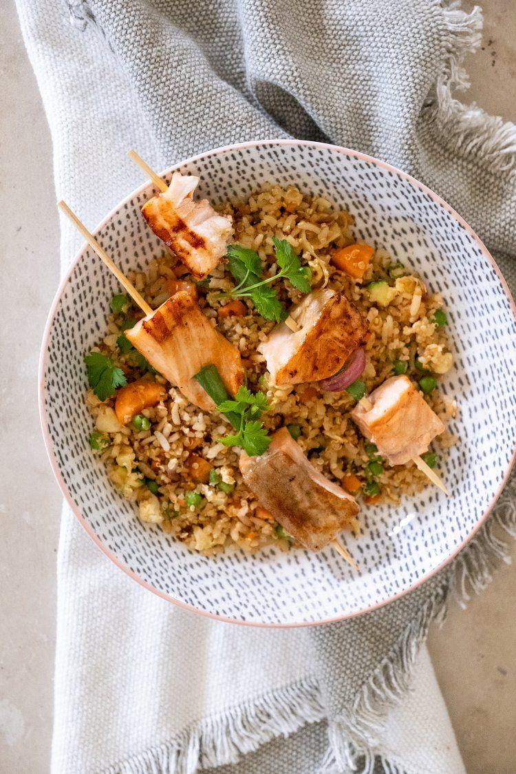 Rijstschotel met zalmspiesjes