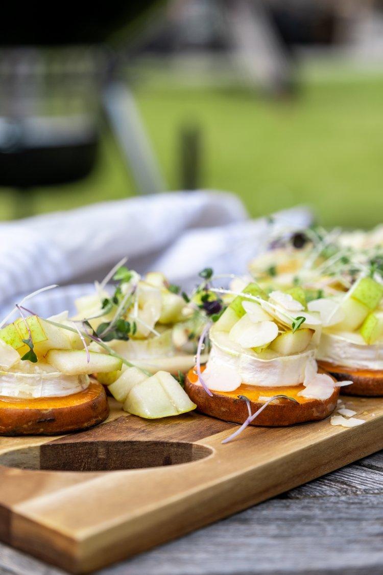 Gegrilde zoete aardappelschijfjes met geitenkaas
