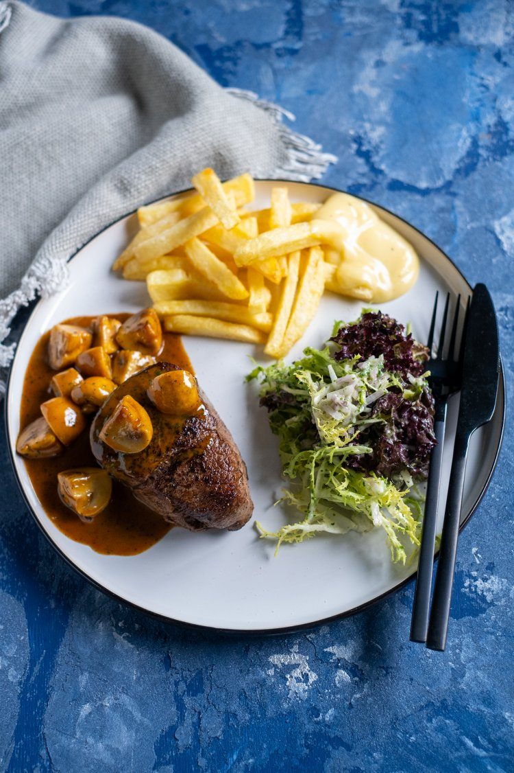 Steak met champignonroomsaus en frietjes