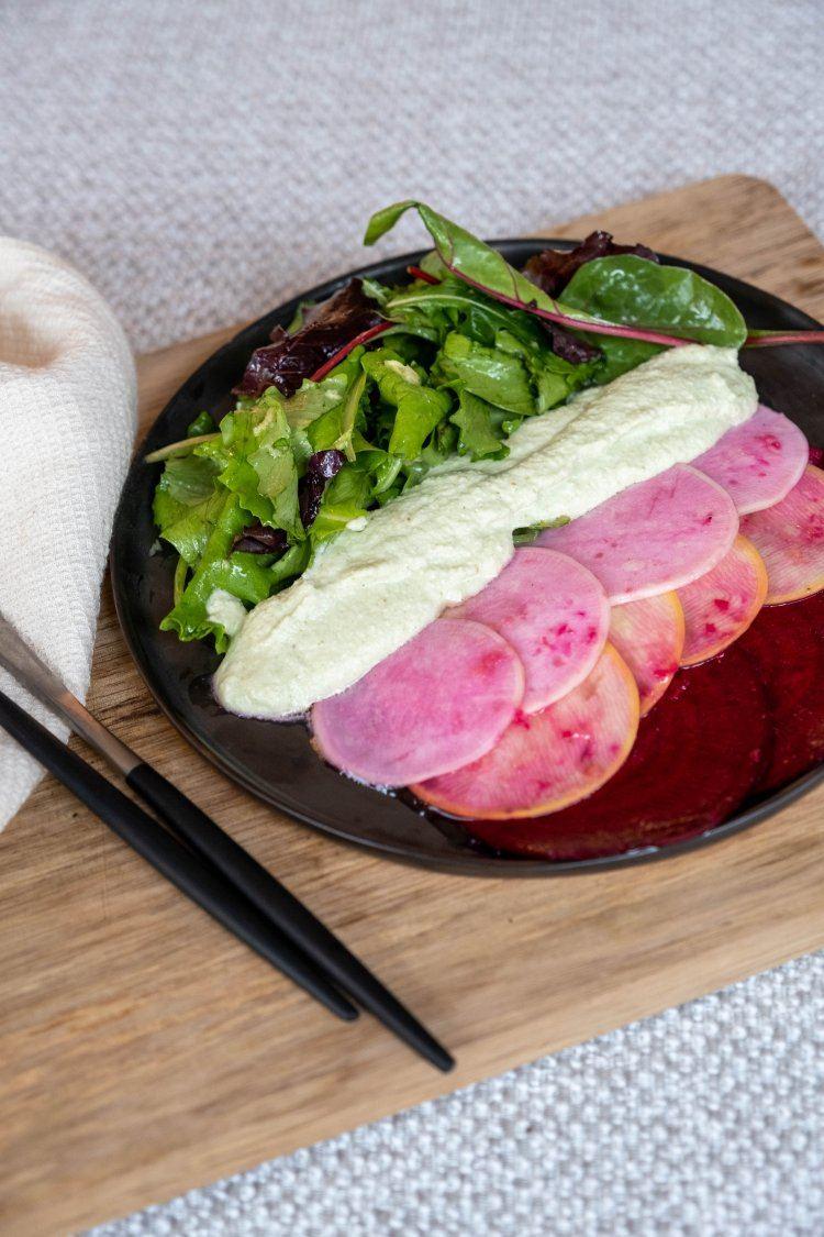 Salade van rauwe groentjes met macadamiaroom