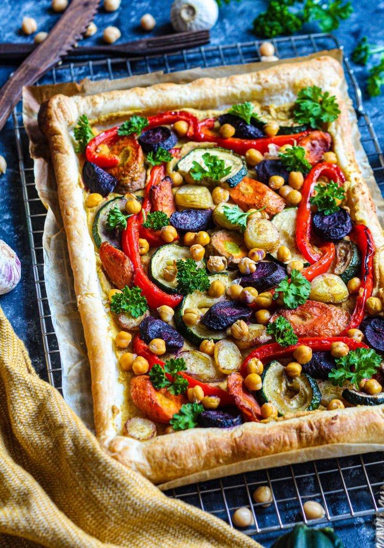 Plaattaart met regenboogwortelen en hummus