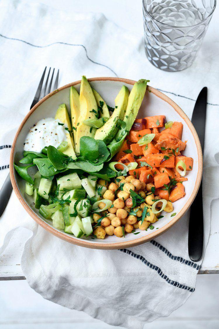 Lunchbowl met zoete aardappel, kikkererwten en avocado
