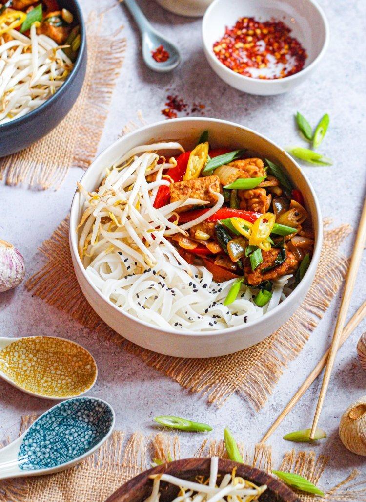 Kruidige pad thai met rijstnoedels en tempeh