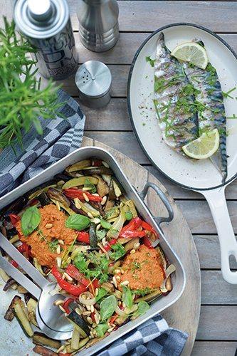 Groenteschotel met pesto en gegrilde vis