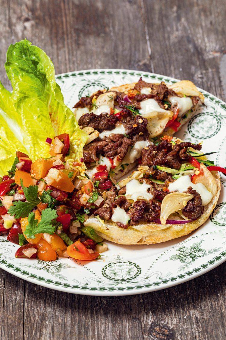 Pizza met rundsvlees en kimchi