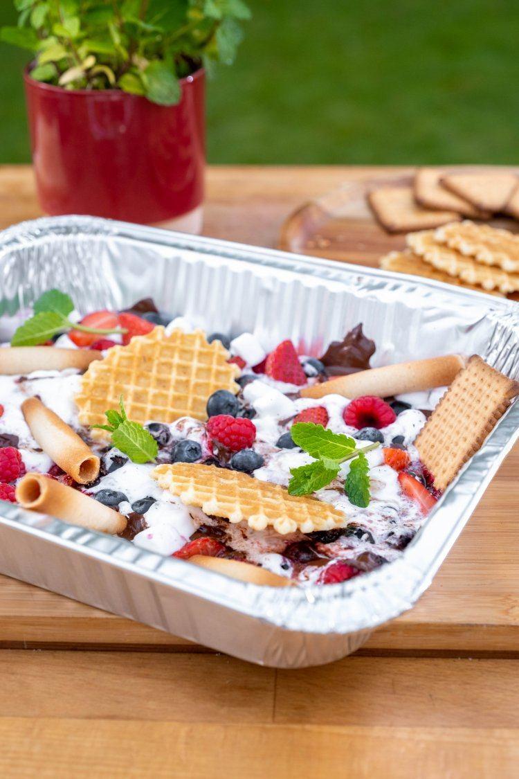 Marshmallows op de bbq met rood fruit en chocolade
