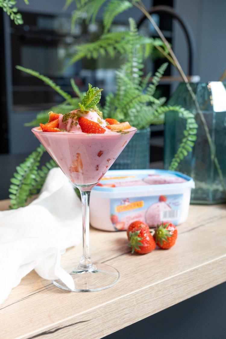Ijscocktail met aardbeien en frambozen