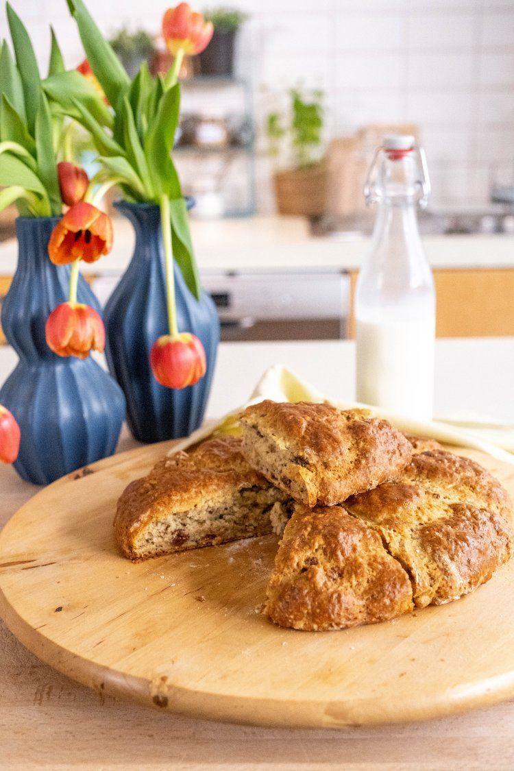 Snel noten-rozijnenbrood