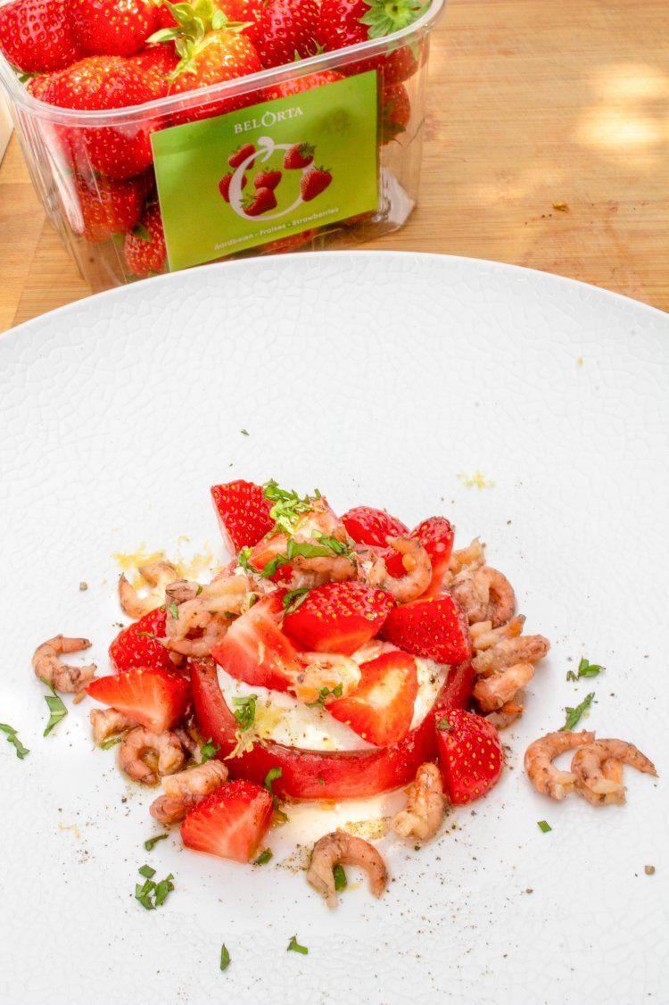 Tomaat-garnaal met aardbeien en burrata
