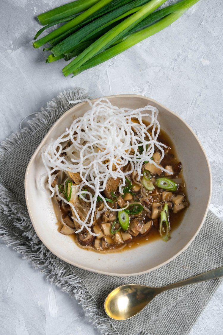 Bouillon van champignons met soja en noedels