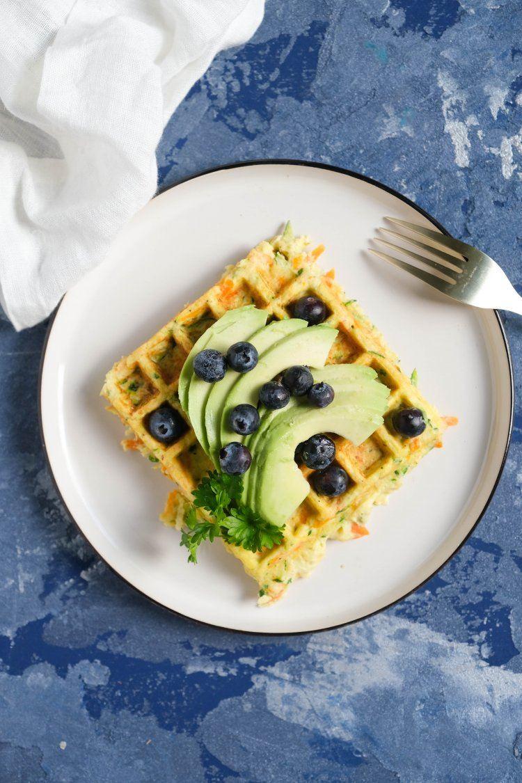 Hartige wafel met avocado en blauwe bessen
