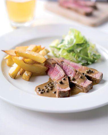Steak met frieten en peper roomsaus