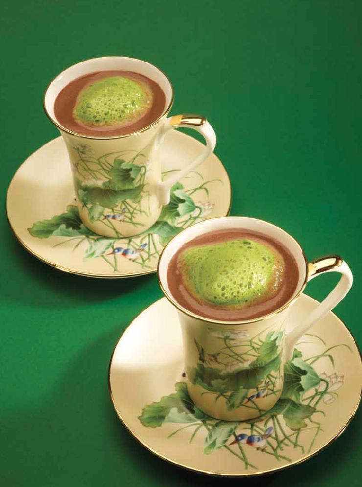 Gekoelde chocoladedrank met coulis van groene kruiden