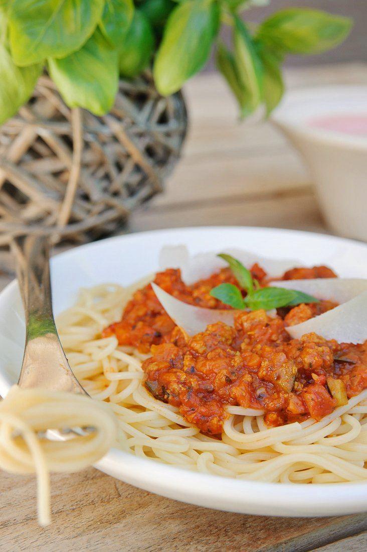 Spaghetti met groentesaus en worstjesvlees