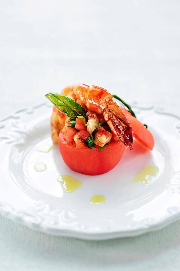 Gevulde tomaten met gamba's en basilicum