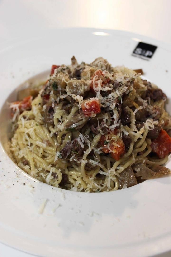 Spaghetti met gehakt, courgette en aubergine