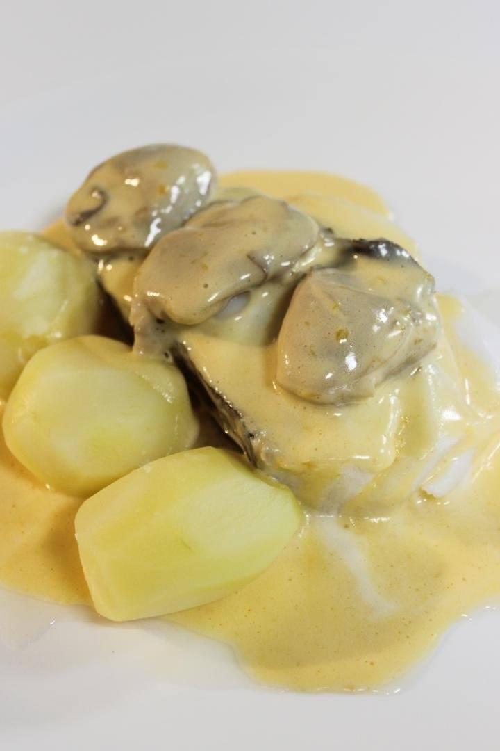 Gekookte kabeljauw met mousselinesaus en oesters