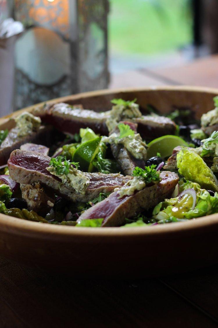 Salade niçoise met gegrilde tonijn met kruidenboter