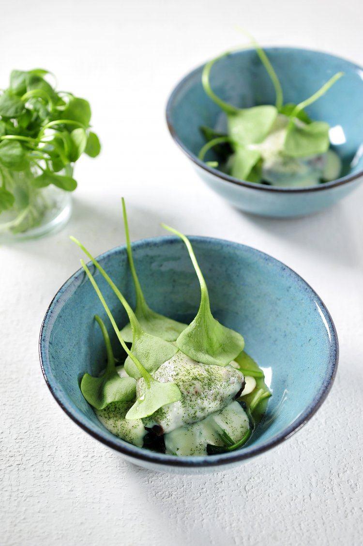 Kalfswangetjes met espuma van bloemkool en jonge spinazie