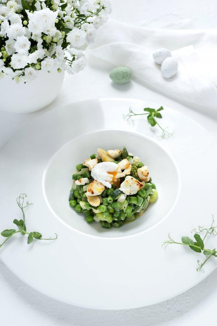Salade van groene groentjes met een kwarteleitje