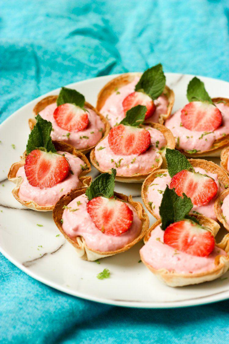 Zoete tortillacups met aardbeienmousse