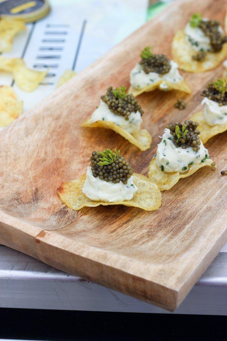 Aardappelpuree met kaviaar geserveerd op chips