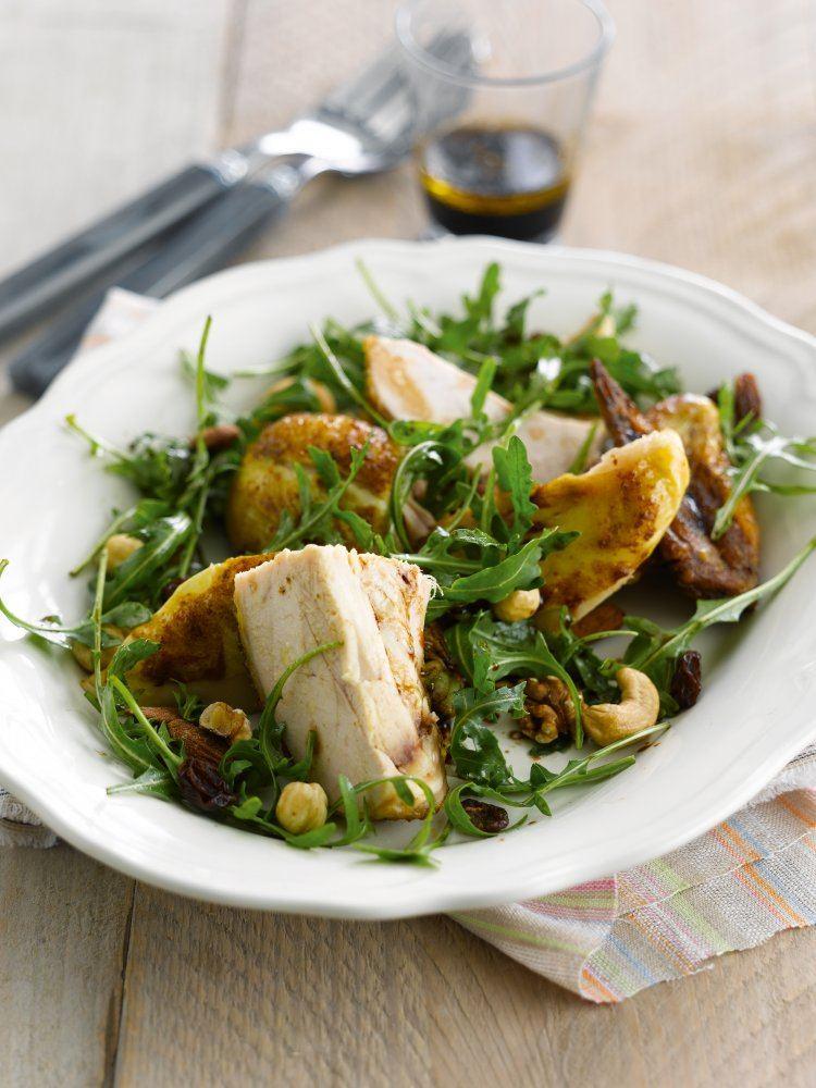 Rucolasalade met kip, noten en rozijnen