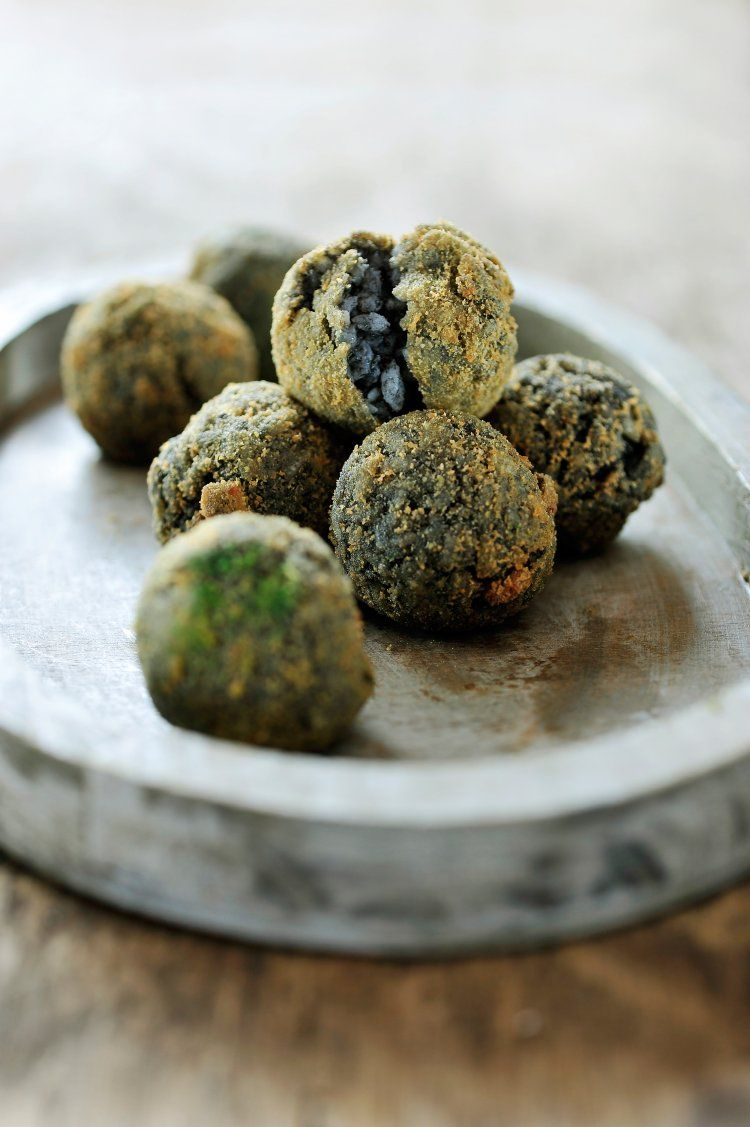 Siciliaanse rijstballetjes met inkt van sepia
