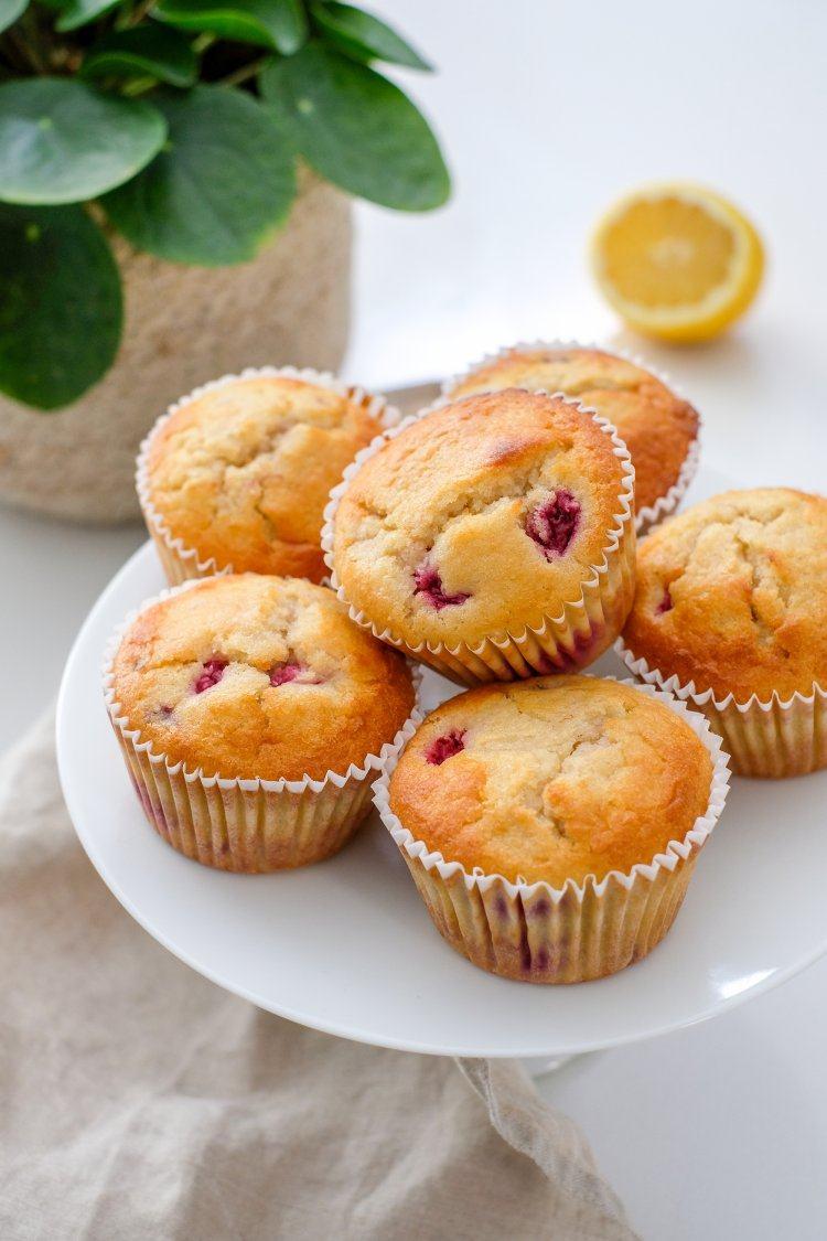 Muffins met frambozen en kokos