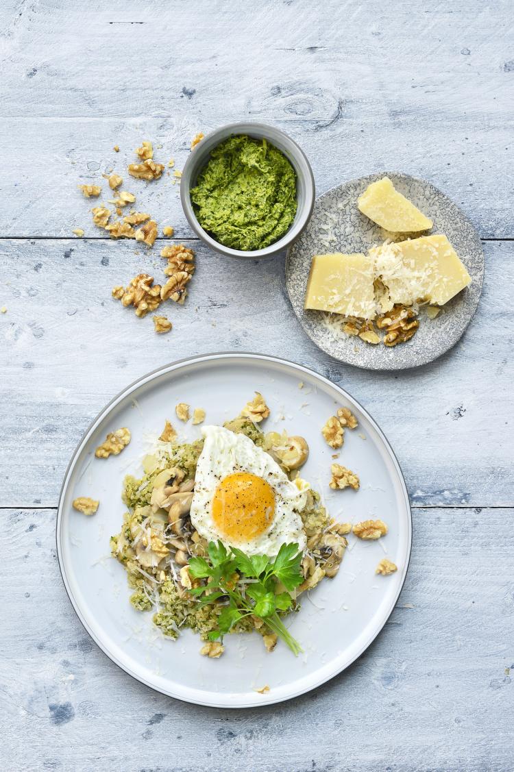 Quinoa met pesto en een eitje