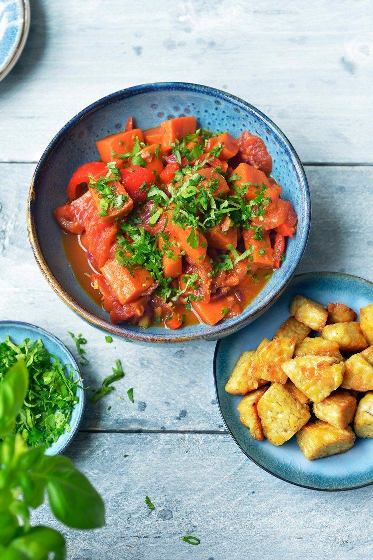 Indisch stoofpotje met zoete aardappel en tempeh