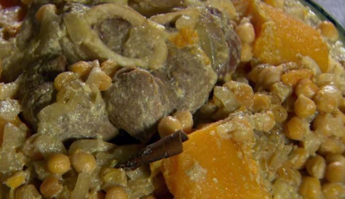 Couscousschotel met kalfsschenkel, rozijntjes en kikkererwten